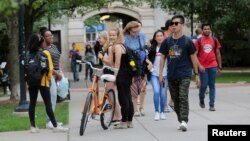 Para mahasiswa berjalan di kampus Universitas Michigan di Ann Arbor, Michigan, sebelum pandemi, 19 September 2018. (Foto: Reuters)