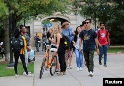 Para mahasiswa berjalan di kampus Universitas Michigan di Ann Arbor, Michigan, 19 September 2018. (Foto: Reuters)
