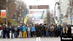 Người biểu tình đứng gần rào chắn trên đường phố ở thủ đô Kyiv, ngày 2/12/2013.