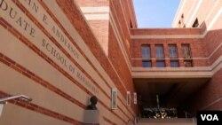 洛杉矶加大的安德森管理学院大楼(美国之音国符拍摄)