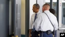 바락 오바마 미국 대통령(왼쪽)이 16일 오클라호마 주 엘레노 연방 교도소를 방문해 감방 안을 들여다 보고 있다.
