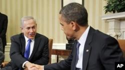 美国总统奥巴马3月5日在白宫与以色列总理内塔尼亚胡握手
