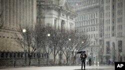 6일 워싱턴에서 겨울 폭풍의 영향으로 연방 정부 기관들이 대부분 문을 닫은 가운데, 백악관 주변도 한산한 모습이다.