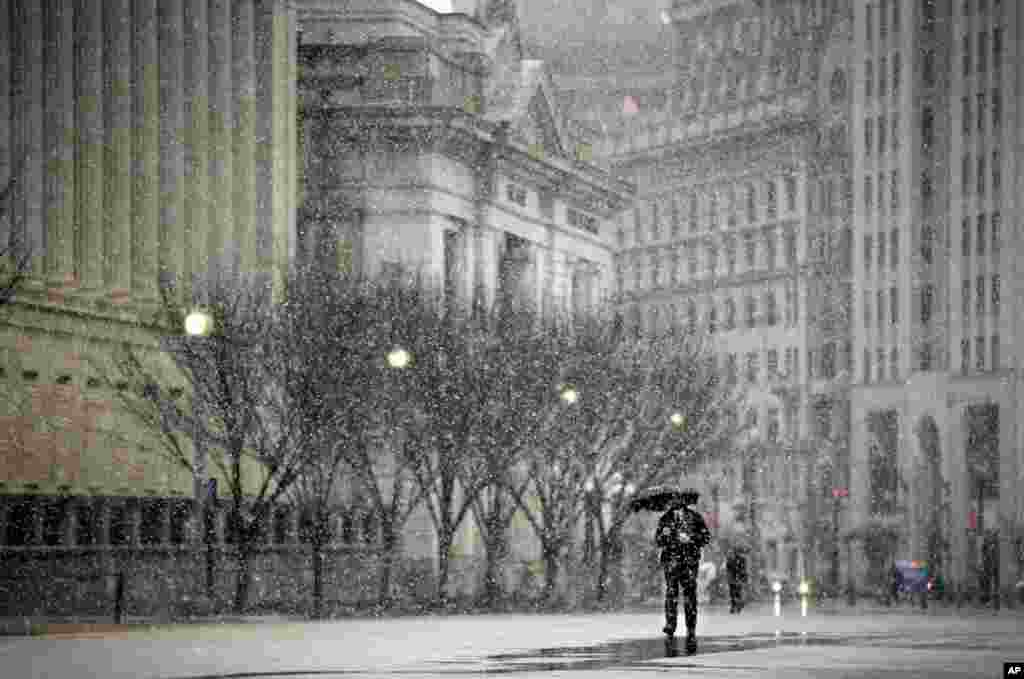 A pedestrian walks down Pennsylvania Ave. near the White House in Washington, DC, March 6, 2013. Schools, businesses and the federal government closed in anticipation of a snow storm that could blanket the region.