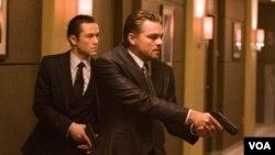 DiCaprio realiza el papel de un espía que se encarga de robar los sueños de sus víctimas.