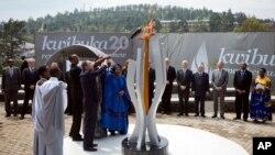 반기문 유엔 사무총장(왼쪽)과 폴 카가메 르완다 대통령(가운데)이 7일 르완다 키갈리에 새워진 대학살 20주년 추모비에 점화하고 있다.