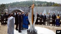 4月7日盧旺達舉辨種族屠殺20周年紀念活動.總統卡加梅和聯合國秘書長潘基文(中左)一道點燃了國家百日哀悼火炬。
