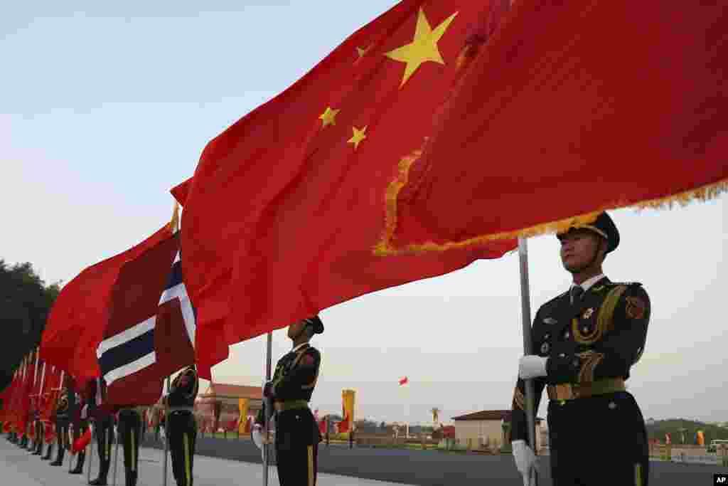 중국 베이징 인민대회당 앞에서 의장대가 노르웨이의 하럴드 5세 국왕을 위한 환영식을 준비하고 있다.