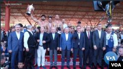 Juara bertahan Ali Gurbuz pada akhirnya keluar sebagai juara dan mempertahankan gelar serta sabuk emasnya. (VOA video/screenshot)