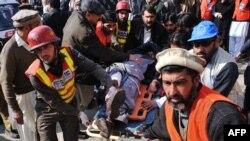 2016年1月20日巴基斯坦救援人员转移帕夏汗大学枪手袭击受伤者