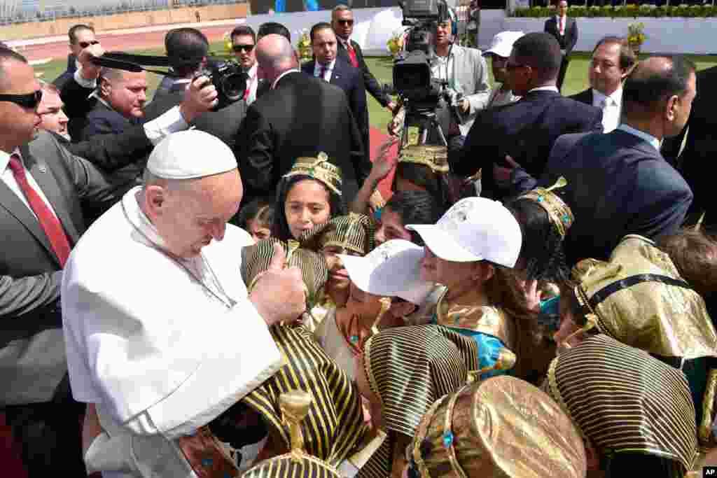 دیدار پاپ فرانسیس با کودکان مصری پیش از اجرای مراسم مناجات دسته جمعی صلح در ورزشگاه نیروی هوایی قاهره