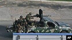 身份不明的部队周五驾车在阿比让市中穿过