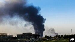 Asap membubung dari penyulingan minyak di Beiji, Irak. (Foto: Dok)