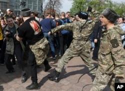 ماموران امنیتی روسیه مخالفان پوتین را پراکنده می کنند.