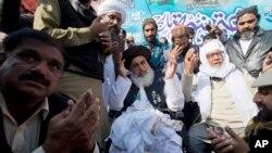 تحریکِ لبیک کے سربراہ خادم حسین رضوی نے پیر کو پریس کانفرنس میں دھرنا ختم کرنے کا اعلان کیا