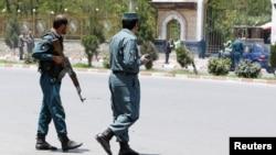 4일 파프가니스탄 수도 카불에서 이슬람 성직자 모임을 겨냥한 자살폭탄 테러가 발생한 가운데 경찰들이 현장을 순찰하고 있다.