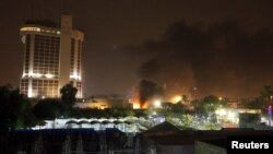 Kepulan asap terlihat mengepul dari lokasi serangan bom mobil di Baghdad (29/5).