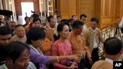 آنگ سان سو چی پارلیمان کے افتتاحی اجلاس میں شرکت کے لیے آ رہی ہیں۔
