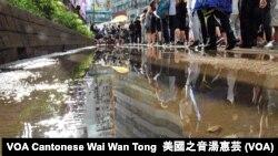 示威者在烈日及驟雨中遊行 (攝影:美國之音湯惠芸)