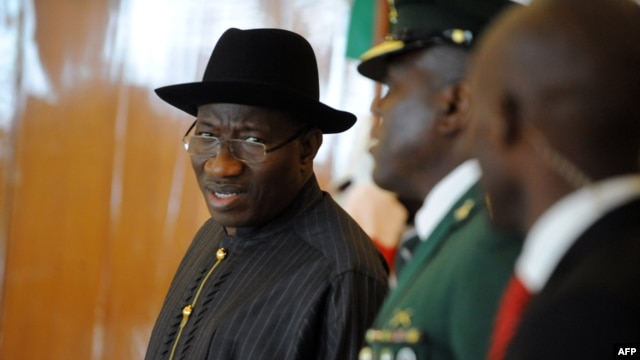 Nigerian President Goodluck Jonathan (L) arrives to attend the closing session of the ECOWAS summit in Abuja, Nigeria, July 18, 2013.