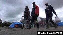 "La ""jungle"" de Calais. (Nicolas Pinault/VOA)"