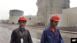 Công nhân Trung Quốc bên ngoài một nhà máy điện hạt nhân.