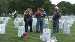 Banderas adornan las tumbas de los caídos