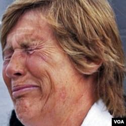 Diana Nyad menangis di depan media di Key West, Florida saat upayanya bulan lalu gagal akibat asma dan nyeri bahu (9/8)