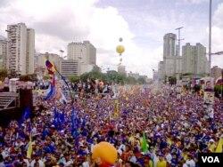 Avenida de Caracas llena de partidarios de la oposición en el cierre de la campaña presidencial de Henrique Capriles, que aparece al centro de la foto. Foto de Adrian Criscaut, VOA