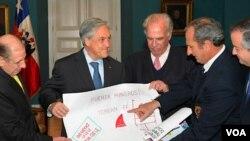 Los sobrevivientes entregaron a Piñera dibujos que niños uruguayos enviaron a los mineros.