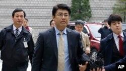 Ông Tatsuya Kato (giữa) cựu trưởng phòng tòa báo Sankei Shimbun của Nhật Bản ở Seoul, đến tòa án ở Seoul, Nam Triều Tiên, 27/11/14