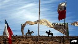 Policajci na konjima patroliraju oko rudnika u Čileu u kojem su zarobljena 33 rudara