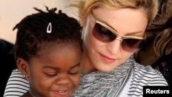 Американская поп-звезда Мадонна с ребенком из Малави