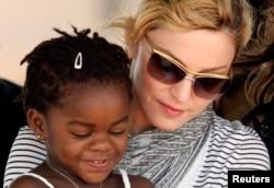 La star américaine Madonna avec sa petite fille adoptée Merci James, lors d'une cérémonie, près de la capitale Lilongwe, Malawi, le 6 avril 2010.
