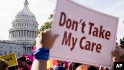 """Protesta frente al Capitolio: """"No se lleven mi Cuidado"""", dice el cartel en contra de la revocación de la ley de cuidados de la Salud, conocida como Obamacare."""