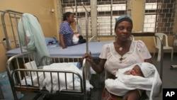 Des femmes avec leurs nouveau-nés sont assises dans un quartier de la maternité de l'île de Lagos à Lagos, Nigeria, 31 octobre 2011.