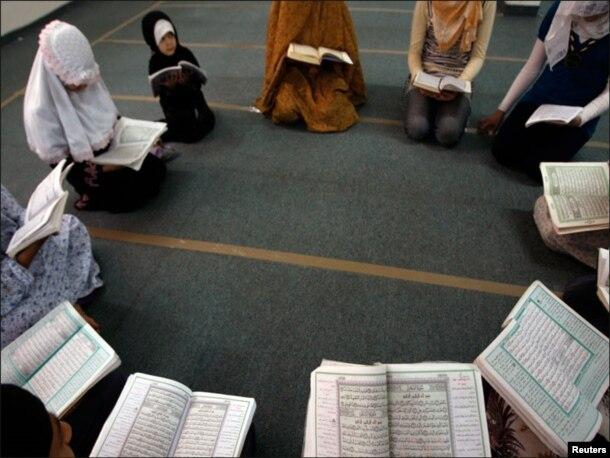 فلسطینی لڑکیاں دائرے کی شکل میں بیٹھ کر قرآن کریم کی تلاوت کررہی ہیں