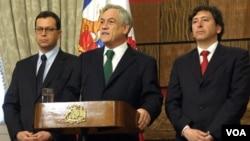 All centro en la imagen el presidente de Chile, Sebastián Piñera, luego de reunirse con los ministros del Interior, Rodrigo Hinzpeter, y de Minería, Laurence Golborne.