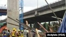 Komisi V DPR RI meninjau kecelakaan kerja proyek infrastruktur tiang pancang tol Becakayu (Bekasi Cawang Kampung Melayu) roboh pada Selasa (20/2) dinihari. (Foto:VOA/Andylala)