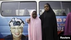 Deux jeunes filles de l'Etat de Taraba, posent fièrement devant le véhicule arborant la photo de Mme Alhassan au moment de la campagne électorale, le 10 avril 2015 (REUTERS/Afolabi Sotunde)