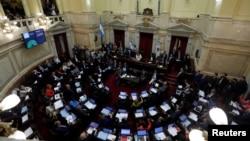 Argentina enfrenta una dura renegociación por más de 100.000 millones de dólares en deuda, alrededor de la mitad en manos de acreedores privados, mientras sigue hundida en una recesión que acumula dos años y sufre una inflación anual de más del 50%.
