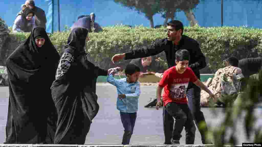 مردم و نیروهای امنیتی شهر اهواز در حال فرار از پس از حملۀ ۲۲ سپتمبر