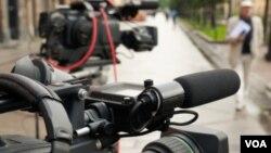 La ley prevé protección policiaca, uso de escoltas, chalecos antibalas e incluso reubicación temporal para los reporteros peligrosos.