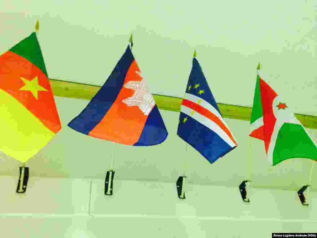 Bandeira Cabo Verde no corredor da Voz da América em Washington