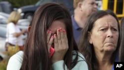 24일 워싱턴주 메리스빌의 고등학교에서 총격 사건 소식을 접한 학생과 학부모들이 충격을 감추지 못하고 있다.