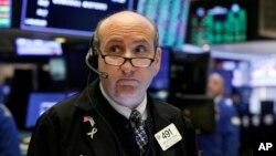 El promedio industrial Dow Jones llegó a perder 589 puntos antes de recuperarse un poco.