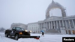 Salju tipis nampak menyelimuti Gedung Capitol di Washington DC (6/1).