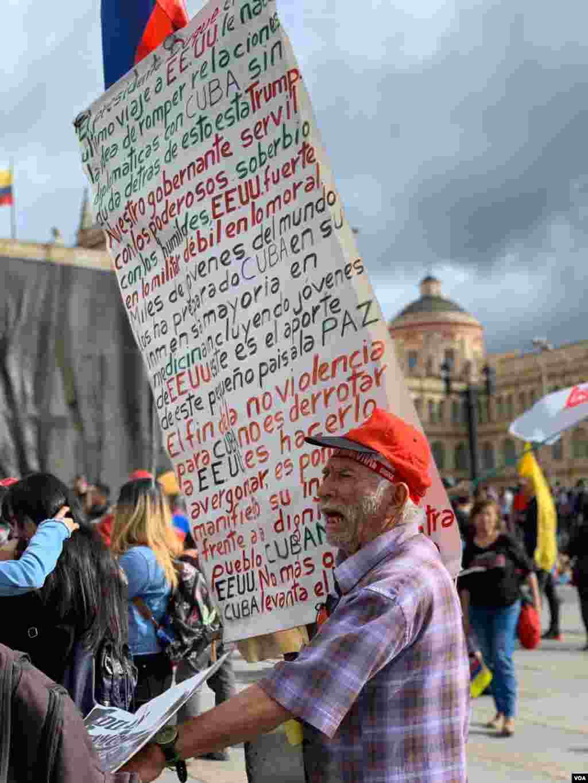 Colombianos se reúnen en el centro de Bogotá para continuar la jornada de protestas en contra del gobierno del presidente Iván Duque.