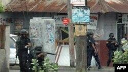 警察在金斯敦市区巡逻