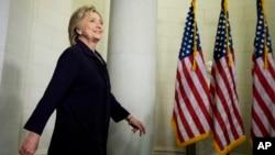 힐러리 클린턴 미 국무장관이 22일 벵가지 조사위 청문회에 증언한 후 의회 건물을 빠져나오고 있다.